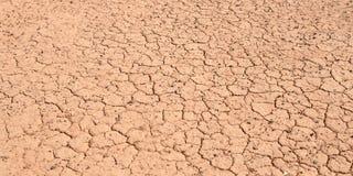 Sönderriven torr långvarig torka för jordning tack vare royaltyfria bilder