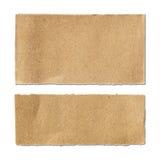 Sönderrivet ark för brunt papper på vit Arkivbild