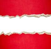 Sönderrivna pappersgränser på vit Arkivfoton
