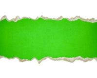 Sönderrivna pappersgränser på vit Arkivbild
