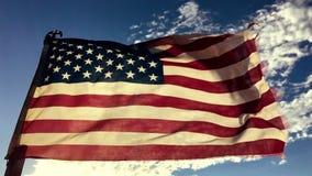 Söndersliten gammal amerikanska flagganultrarapid stock video