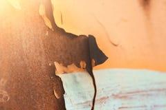 Söndersliten gammal målarfärg på metall, bakgrund av gammalt rostigt järn, textur av gammal målarfärg royaltyfri fotografi