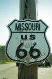 Sönderslitet tecken för huvudväg för Missouri rutt 66 Royaltyfri Foto