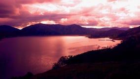 Sörja den plana sjön på solnedgången Arkivfoto