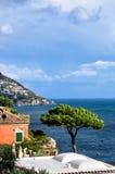 Sörja på kusten av Positano, Italien arkivbilder
