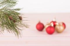 Sörja trädfilialen med röda och guld- julstruntsaker Royaltyfri Fotografi