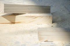 Sörja trästänger som ligger på en hög av sågspånbegreppet av snickeri, snickeri, handgjord manlig hobby arkivbild