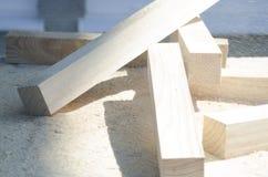 Sörja trästänger som ligger på en hög av sågspånbegreppet av snickeri, snickeri, handgjord manlig hobby arkivbilder