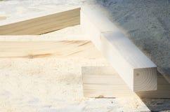 Sörja trästänger som ligger på en hög av sågspånbegreppet av snickeri, snickeri, handgjord manlig hobby royaltyfri bild