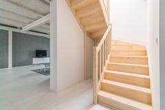 Sörja trappa i korridor royaltyfri foto
