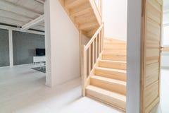 Sörja trappa i korridor arkivfoto