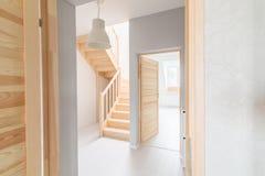 Sörja trappa i korridor arkivbild
