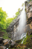 Sörja vattenfallet för stenen (Borov Kamak) i Balkan berg, Bulgarien arkivbild
