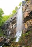 Sörja vattenfallet för stenen (Borov Kamak) i Balkan berg, Bulgarien arkivfoto