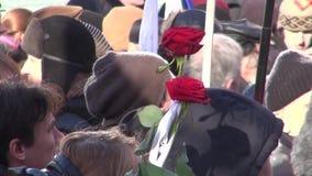 Sörjande blomma på mars i minne av Boris Nemtsov stock video
