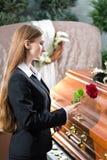Sörjande kvinna på begravningen med kistan Royaltyfri Fotografi