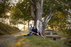 Sörjande par på kyrkogården Fotografering för Bildbyråer