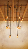 Sörjer den ljusa kulan för taket som hänger på, trä mot varm signal av gruen Arkivfoto