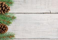 Sörjer det nya året för jul träd- och kottegarneringbakgrund xmas och jul på vita träutrymmen för tabellbakgrundkopia fotografering för bildbyråer