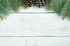 Sörjer det nya året för jul träd- och kottegarneringbakgrund xmas och jul på vita träutrymmen för tabellbakgrundkopia arkivbilder