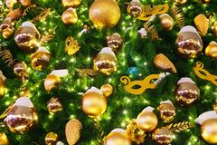 Sörjer festlig bakgrund för jul eller för det nya året, guld- bollar för xmas-garneringar, maskeringar, skinande girlandljus på g royaltyfri fotografi