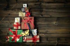 Sörjer tomt kopieringsutrymme för text eller för logoen i vertikalt mörkt tappningträ för bästa sikt med julträdet gjort av gåvag arkivfoto
