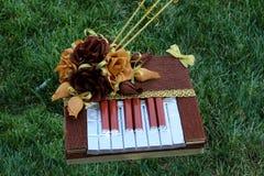 Söt ätlig bukett av choklader Souvenir i form av ett piano handgjort Gåva för dag för St-valentin` s Royaltyfri Foto