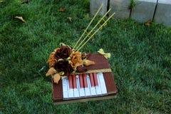 Söt ätlig bukett av choklader Souvenir i form av ett piano handgjort Gåva för dag för St-valentin` s Royaltyfria Foton