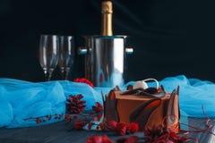 Söt aptitretande härlig chokladkaka med två crystal exponeringsglas Royaltyfria Foton