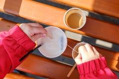 Söt bakgrundsmodell med kaffe och te Fotografering för Bildbyråer
