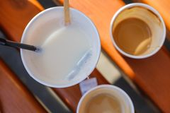 Söt bakgrundsmodell med kaffe och te Royaltyfria Bilder