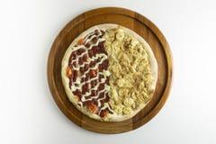 Söt banan- och guavapizza på vit bakgrund arkivfoto