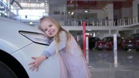 Söt billykta för automatisk för barnflickaomfamning i bilförsäljningsmitt stock video