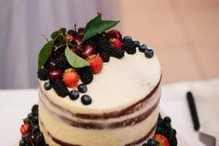Söt bröllopstårta som göras från den nya bärmuffin royaltyfri bild