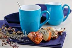 Söt bulle med vallmofrön med en kopp kaffe eller en cappuccino Fotografering för Bildbyråer