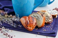Söt bulle med vallmofrön med en kopp kaffe eller en cappuccino Royaltyfria Foton