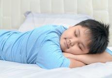 Söt dröm för sjukligt fet fet pojke på hans arm arkivfoton