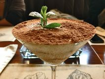 Söt efterrätt för eleganstiramisu med mintkaramellen i martini exponeringsglas fotografering för bildbyråer