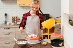 Söt efterrätt för kockdanande på kök kulinariskt arkivbild