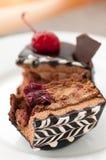 Fruitcake med ett körsbär royaltyfri foto