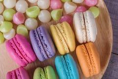 Söt färgrik kakamacaron och Aalaw eller Alua godis i platta på Royaltyfria Foton