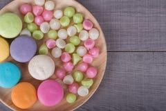 Söt färgrik kakamacaron och Aalaw eller Alua godis i platta på Arkivbild