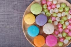 Söt färgrik kakamacaron och Aalaw eller Alua godis i platta på Arkivfoton