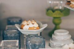 Söt feriebuffé med muffin och andra efterrätter Godisstång fotografering för bildbyråer