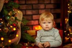 Söt flicka i en julspis Royaltyfri Fotografi