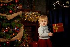Söt flicka i en julspis Fotografering för Bildbyråer
