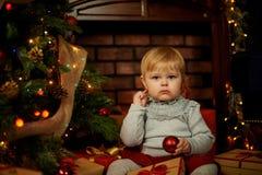 Söt flicka i en julspis Arkivfoton