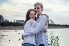 Söt flicka och pojke tillsammans på stranden Arkivfoton