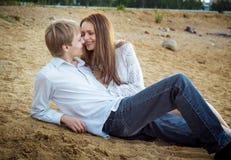 Söt flicka och pojke tillsammans på stranden Royaltyfria Foton