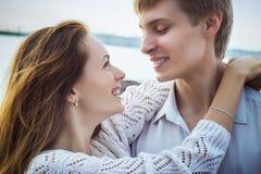 Söt flicka och pojke tillsammans på stranden Royaltyfri Fotografi